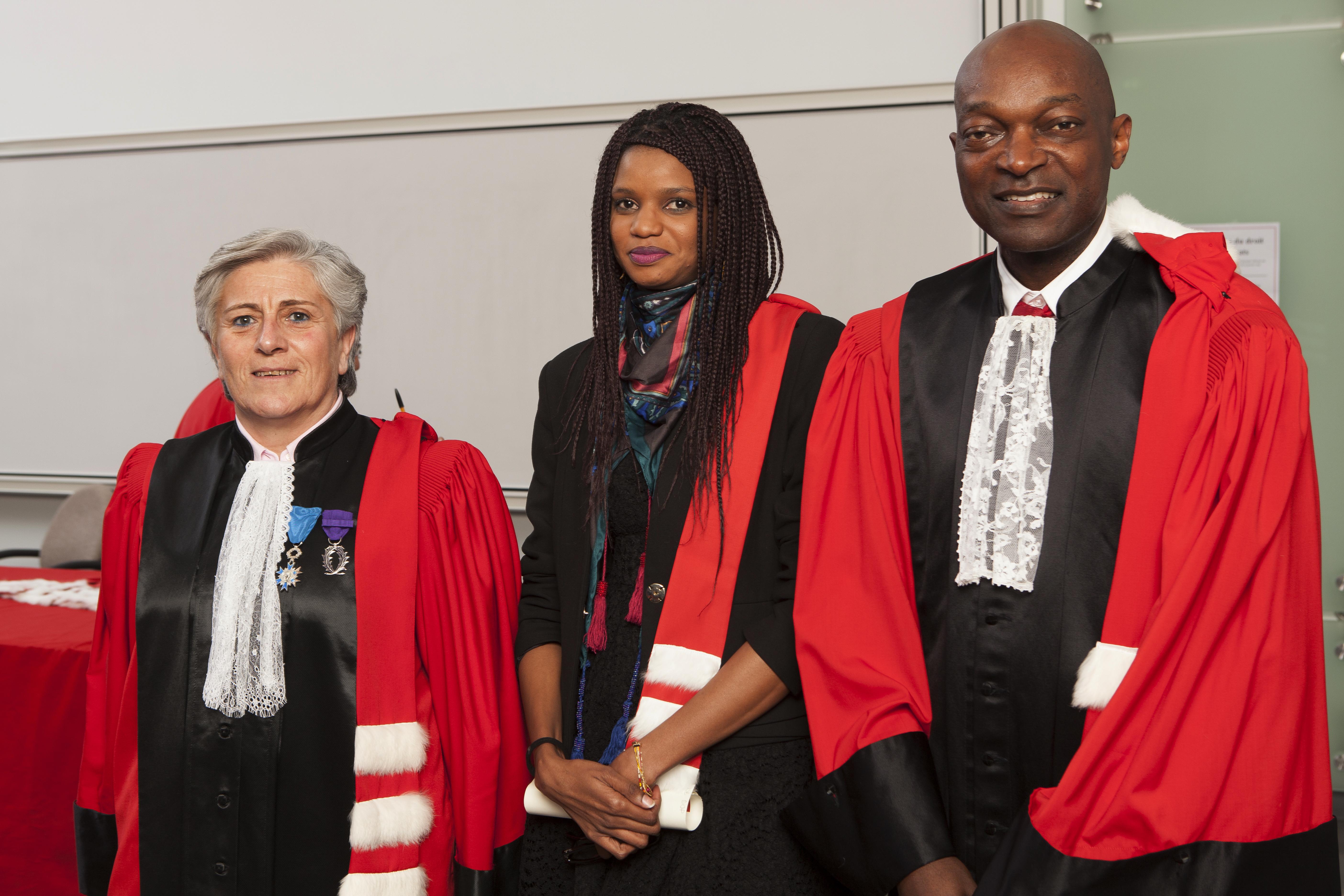 Cérémonie de remise des épitoges 2016, Corinne Mascala, une doctorante et Hugues Kenfack