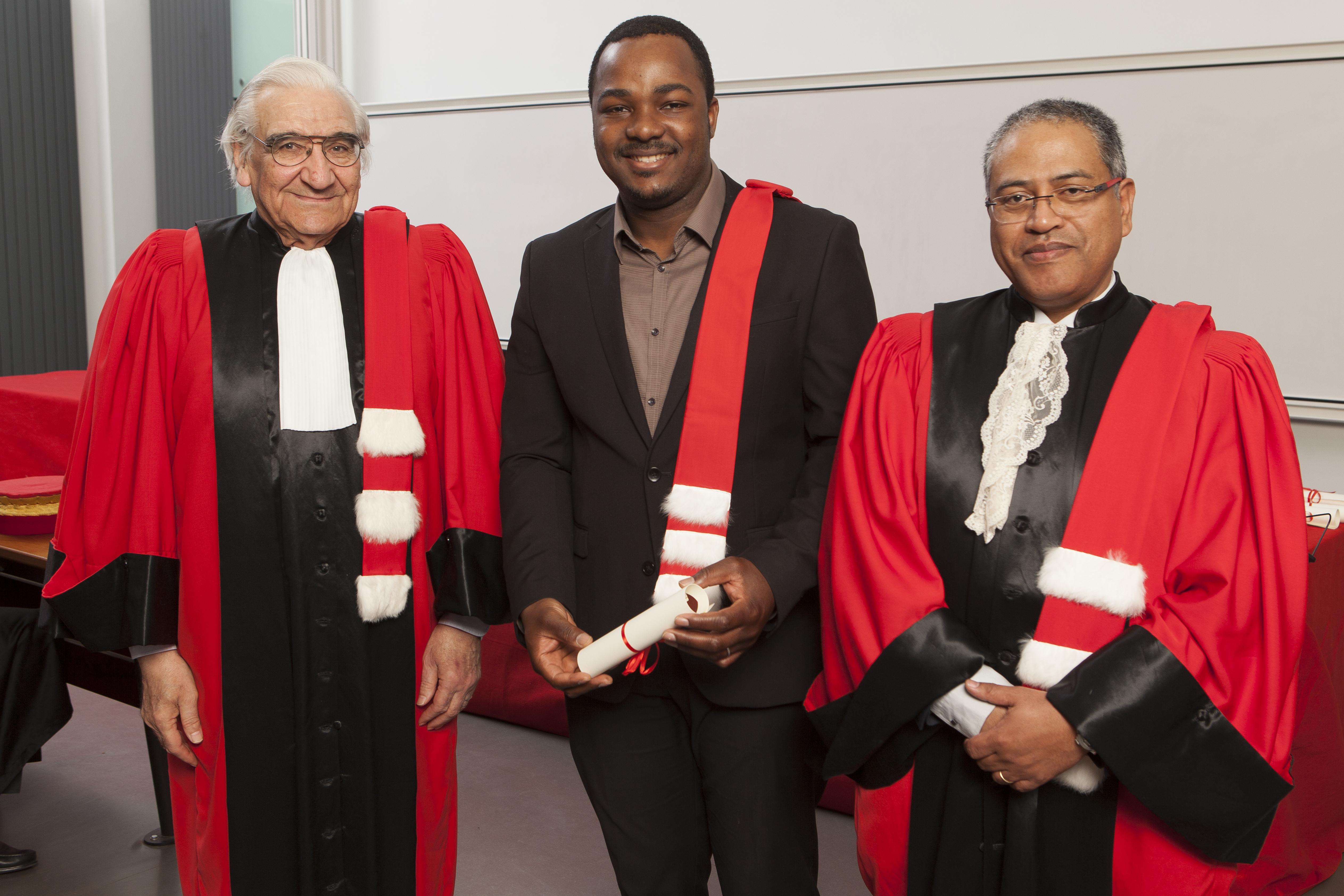 Cérémonie de remise des épitoges 2016, François Roujou de Boubée, un doctorant et Joël Andriantsimbazovina, Directeur Ecole Doctorale